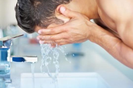 男士洁面乳使用基本方法_拓诊卫生资讯