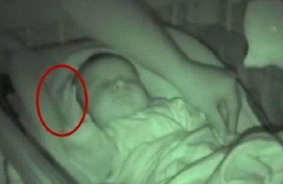 女子夜间给宝宝盖被子,却看到诡异的一幕,医生的解释让人冒汗