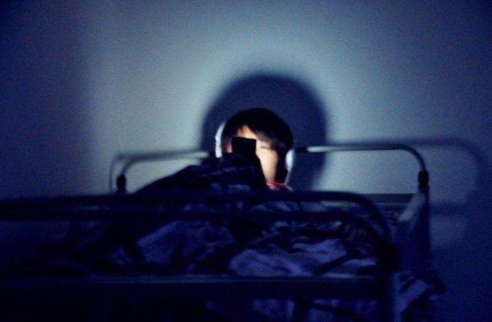躺在床上玩手机 必须谨记这五个关键点