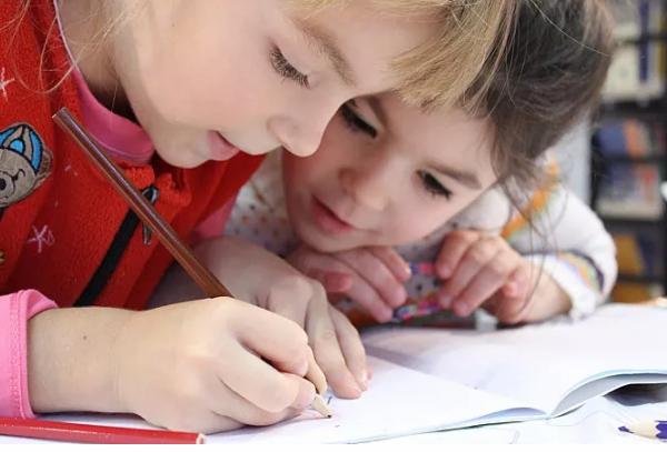 婴儿早期教育要怎么进行?