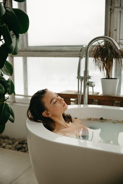 女人洗澡的时候,以下身体4处,不宜使劲搓,别忽视了