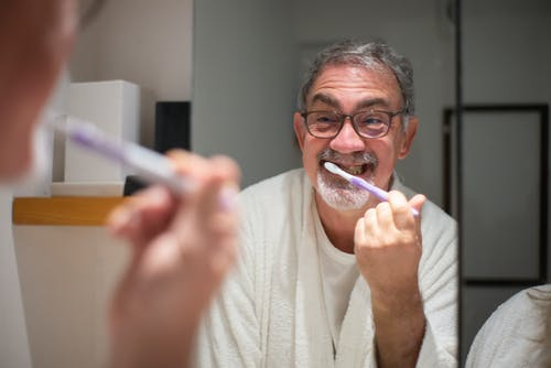 半数中国人的刷牙姿势都错了!不仅刷不干净,还可能毁了一口牙……